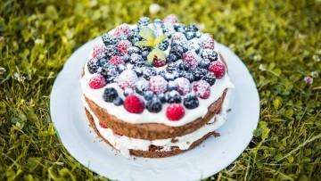 Nahá torta so sezónnym ovocím