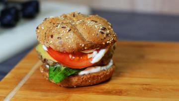 Burger s avokádom a kyslou smotanou.