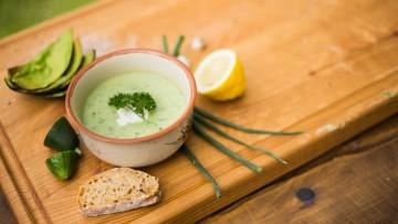 Studená uhorková polievka s kyslou smotanou a avokádom