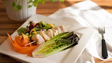 Morčacie špízy so syrom kaškaval na zeleninovom šaláte a smotanovým dipom s kurkumou