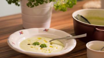 Cuketová polievka s taveným syrom a pečeným cesnakom